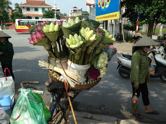 Sheraton Hanoi Hotel: stall on street outside hotel