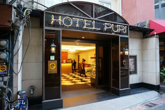 Hotel Puri Ximen Branch: Front door.