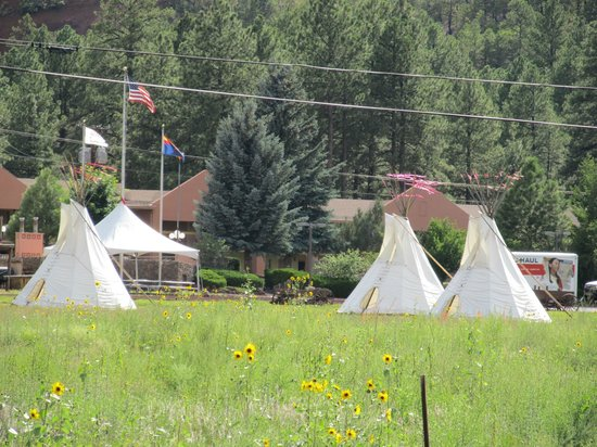 Mountain Ranch Resort at Beacon Hill: Zo kom je aanrijden bij het hotel.