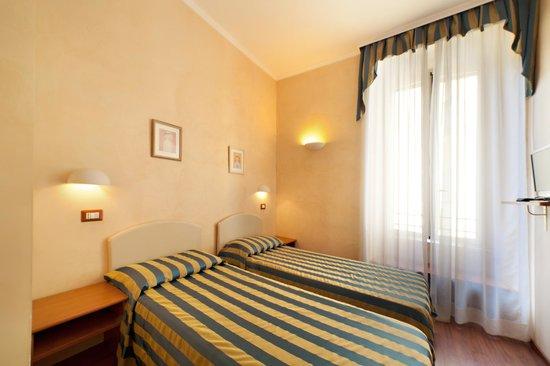 Ottaviano Vatican Luxury: la camera con letti singoli; the room with single beds