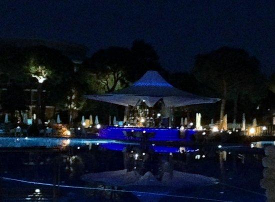 Calista Luxury Resort: The pretty Blue Bar at night