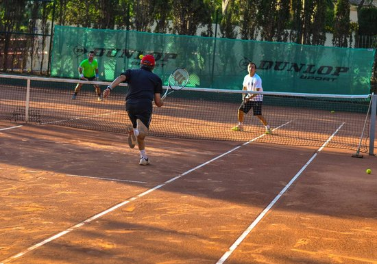 Royal Tennis Club Marbella: Play with your friends