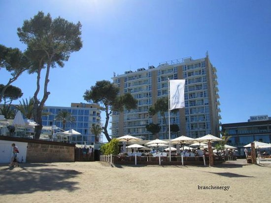 ME Mallorca: Hotel from beach front