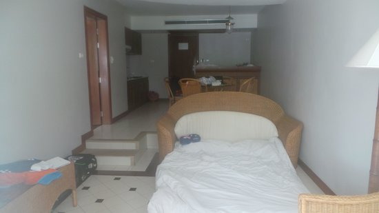 Sunset Beach Resort: Thliving room with the bed out