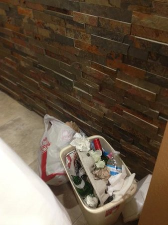Satisfaction Orlando Resort: My garbage after 2 days without any housekeeping