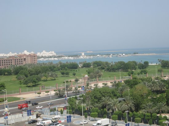 Hilton Abu Dhabi: View from our room towards the Emirates Palace Hotel and the Presidential palace in the backgrou