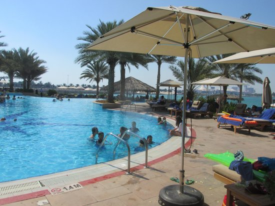 Hilton Abu Dhabi: The pool and beach bar