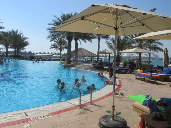 Hilton Abu Dhabi : The pool and beach bar