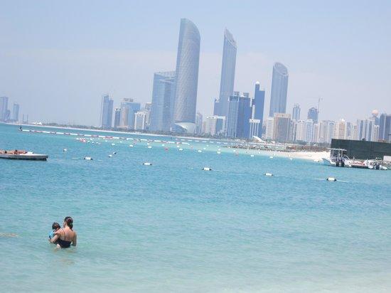Hilton Abu Dhabi : A beach view of the city
