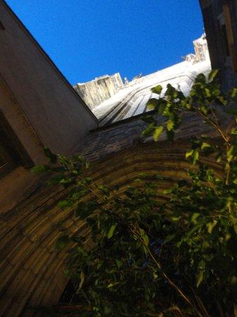 McGee's Ghost Tours of Prague: Entrada secreta da igreja da praça principal
