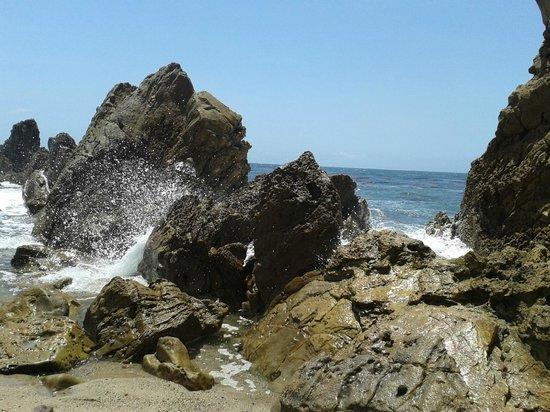 Little Corona Beach: waves crashing on rocks