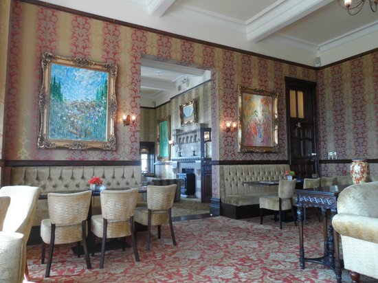 Camelot Castle Hotel: the bar