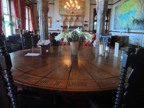 Camelot Castle Hotel : the round table