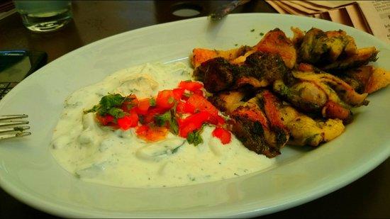 Neni am Naschmarkt: Pollo con hierbas y ensalada de yogur con pepino y menta