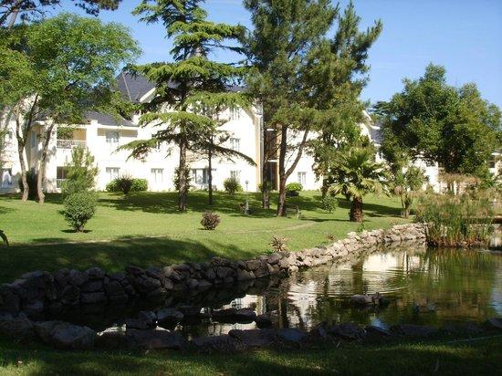 Parque Hotel Jean Clevers: Vista do prédio do hotel desde o parque