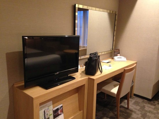 Almont Hotel Kyoto : 広々としたデスク