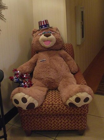 Hampton Inn and Suites Knoxville North: Cinnamon Bear greets you in the lobby of the Hampton Inn Knoxville North