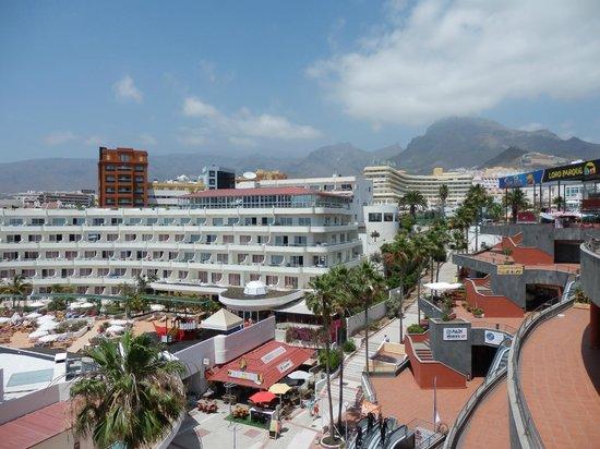 HOVIMA La Pinta Beachfront Family Hotel: l'hôtel La Pinta et le Teide en arrière-plan