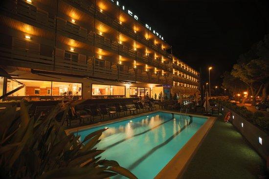 Canyelles Platja : La terraza de noche