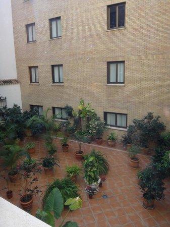 Hotel Becquer: courtyard