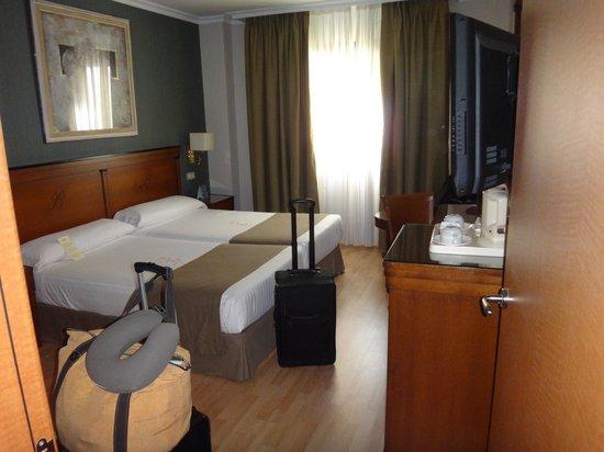 Hotel Becquer : bedroom, hard bed
