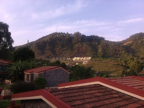 Hill Country Kodaikanal: Valley view thru the roof of the cottages