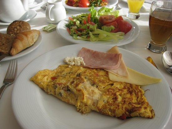 Rixos Hotel Libertas: 朝食はバイキング、オムレツは焼き立てを