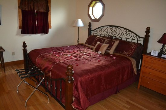 Premier Carriage House Cottages: Bed
