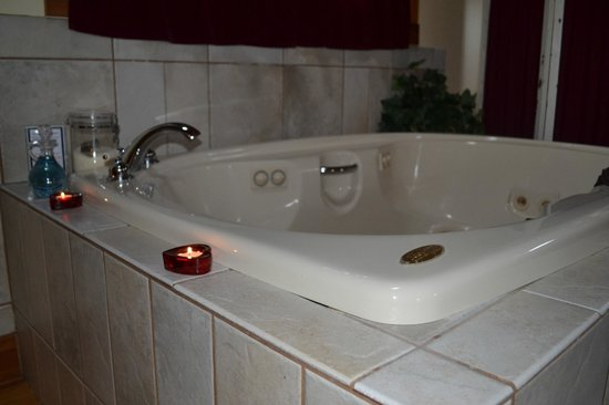 Premier Carriage House Cottages: Jaquzzi tub with heart candles
