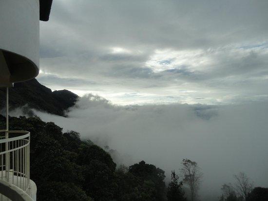 Deshadan Mountain Resorts : clouds literally enter into ur room