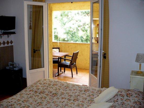 Rocca Rossa B&B : La terrasse vue de la chambre