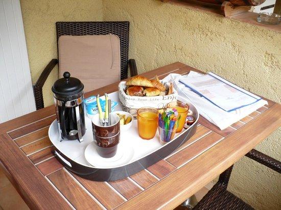 Rocca Rossa B&B : petit déjeuner servi sur la terrasse de notre chambre