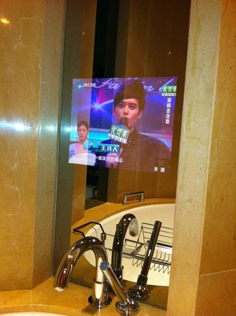 InterContinental Shanghai Expo: телевизор в ванной комнате