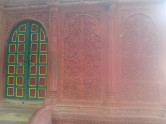 Aina Mahal: entry with carving