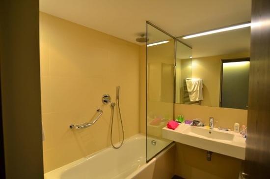 Ayre Hotel Rosellon : Our bathroom