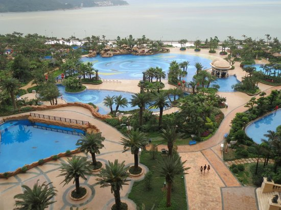 Chimelong Hengqin Bay Hotel : Massive pool area with giant sea turtle tank at bottom left