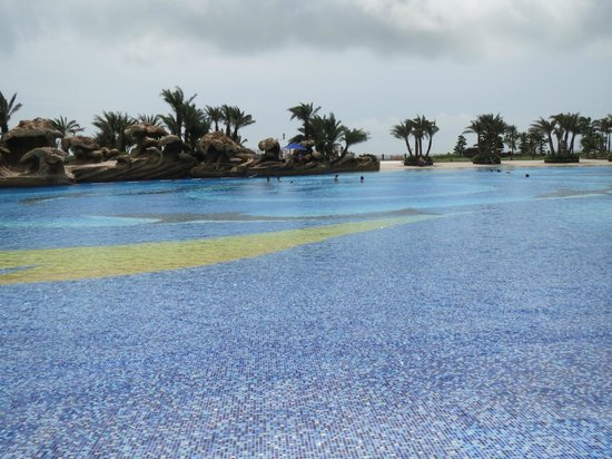 Chimelong Hengqin Bay Hotel : Beach like pool with waves
