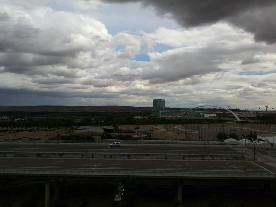 Hotel Eurostars Zaragoza: Sí, lo de la esquina superior derecha es una nube de tormenta muy negra :-)