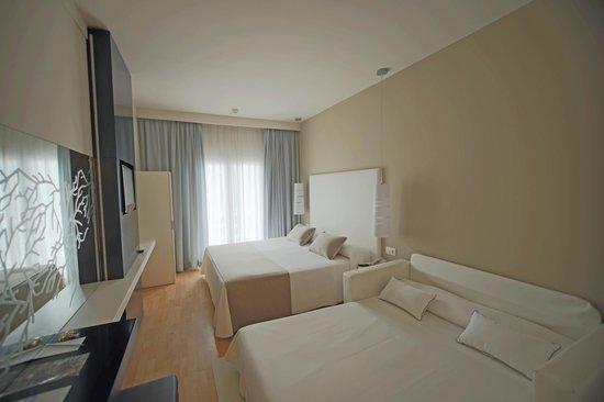Canyelles Platja : habitación con cama doble supletoria