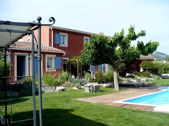 Thym & Romarin: La maison vue du très beau salon de jardin ....