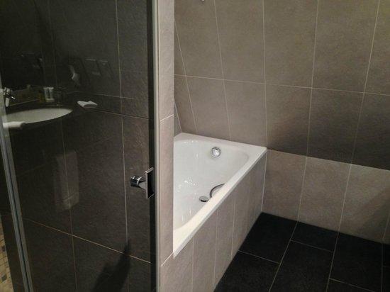 Hilton Gdansk: Dusche / Badewanne