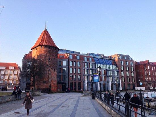Hilton Gdansk: Blick von außen aufs Hotel
