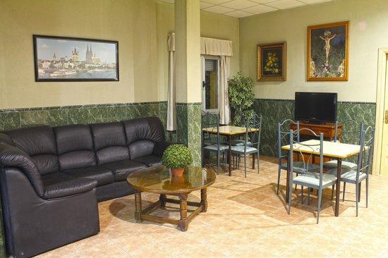 Hostal La Casa De Enfrente: Salón TV