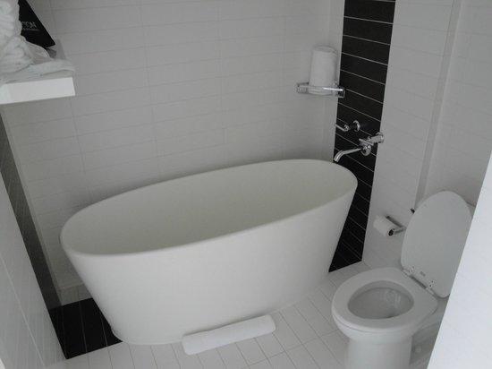Kimpton Donovan Hotel: Our bathroom
