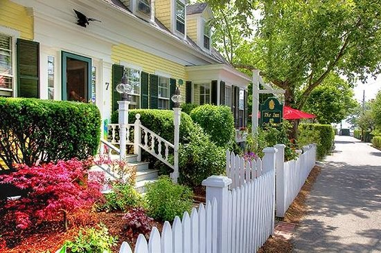 The Inn at Cook Street: Beautiful Front Yard