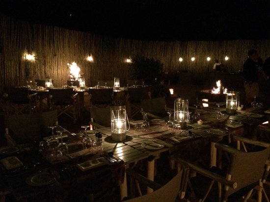 andBeyond Exeter River Lodge: One evening they will serve a traditional dinner in a boma, w/ a fire and music/dancing.