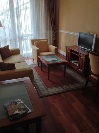 Queen's Court Hotel & Residence : Wohnzimmer