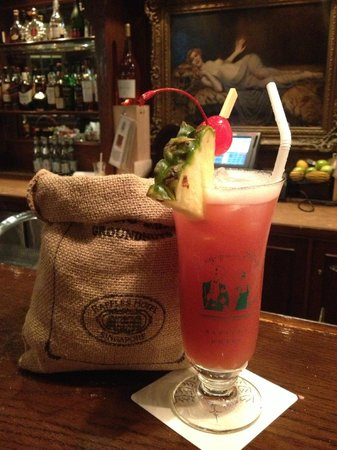 Raffles Hotel Singapore : Singapore Sling with Peanuts