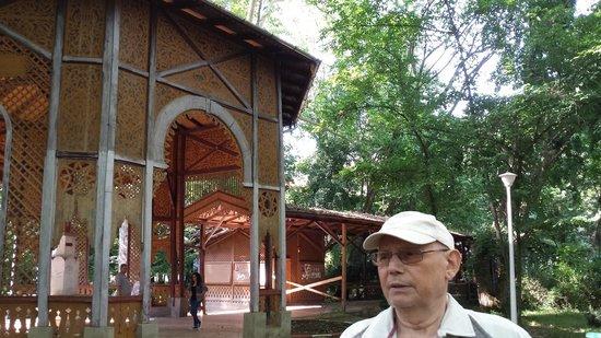 Buzias, Romania: Lusthaus und gedeckte Promenade