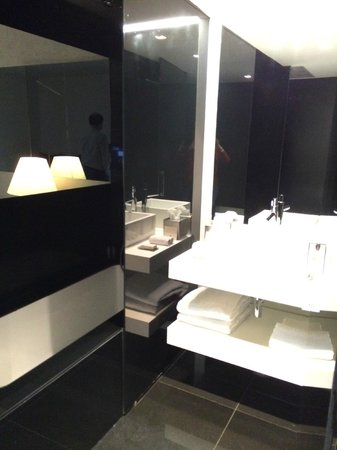 DoubleTree by Hilton Lisbon - Fontana Park: Ванная комната